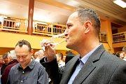 Na 70. velikonoční výstavě vín vPolešovicích, nejstarší na Moravě, mohou návštěvníci ochutnat víc než 800 vzorků vína.  Ilustrační foto.