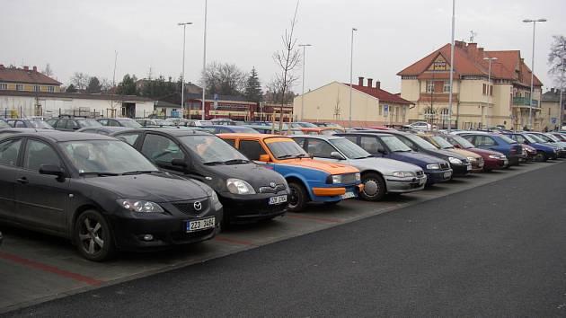 Parkoviště v sousedství nádraží Českých drah a přilehlé okolí bude pod dozorem nové kamery.