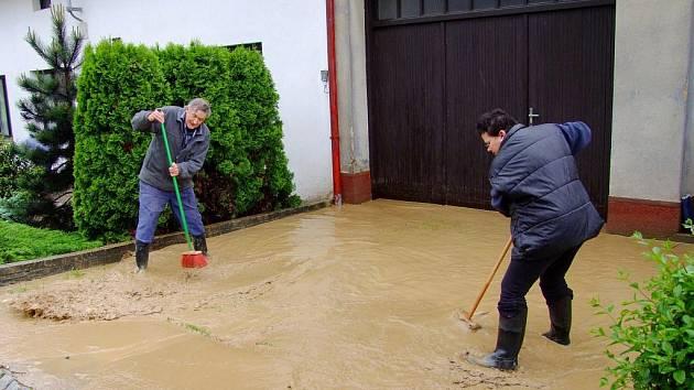 V Topolné voda, která se valila ulicemi, brala i kanály a majitelé domů měli plné ruce práce.