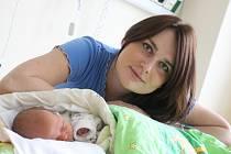 Maminka prvního dítěte Uherskohradišťské nemocnice v roce 2016 si převzala kytici a dar z rukou Lubomíra Nečase.