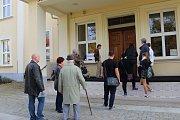 Před obchodní akademií v Uherské Hradišti se vytvořila před 14. hodinou řada.