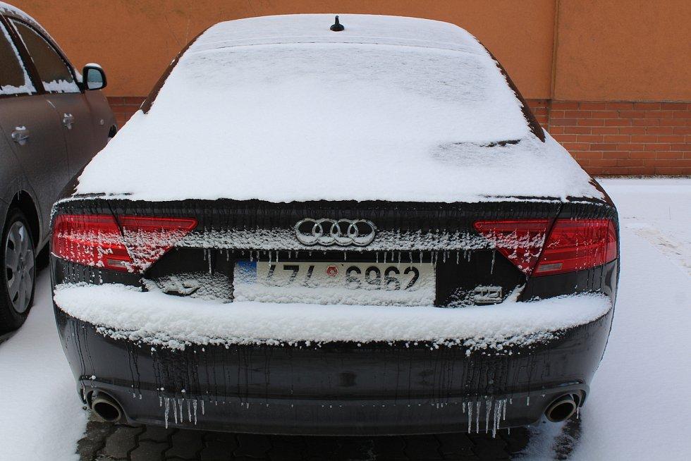 Uherské Hradiště zasněžené. Auta pokrytá ledem.