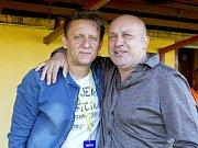 Vedle hráčů jsou hlavními postavami ČSK Uherský Brod trenér Martin Onda a předseda klubu Josef Hamšík (vpravo).