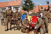 Vojenská bitva se v sobotu po čtrnácté hodině rozhořela přímo v centru obce Strání. Tentokrát však nenávist bojujících stran byla jen předstíraná.