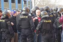 Policisté v Uherském Hradišti doprovázejí fanoušky fotbalové Sparty Praha přímo z vlaku. Dva z nich putují kvůli ničení vagonu rovnou na policejní stanici.