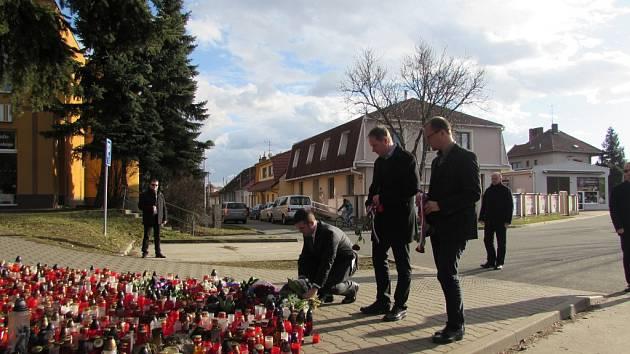 Předseda Poslanecké sněmovny Jan Hamáček pokládá věnec na pietní místo u restaurace Družba.