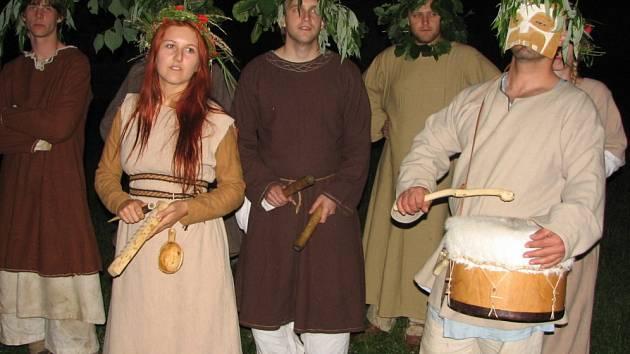 Slunovratový rituál se ve skanzenu začal odvíjet v sobotu po setmění.