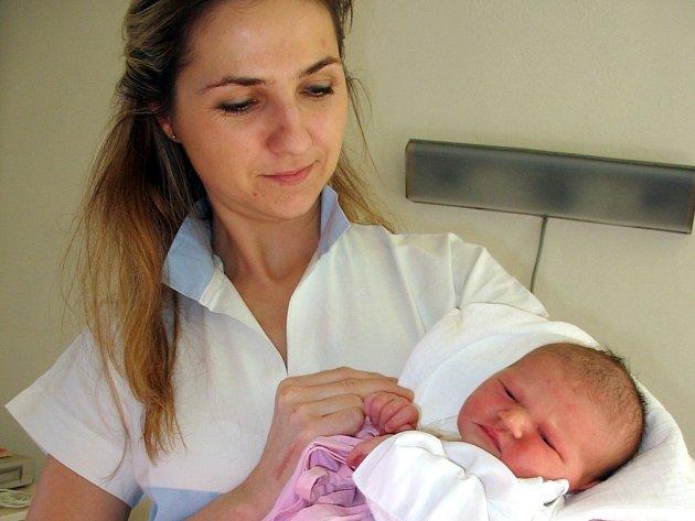 Malou Hradišťanku Barborku Popelkovou drží v náručí zdravotní sestra Jarmila Křiváková, která včera také slavila narozeniny. Je na den přesně o 31 let starší než Barborka.
