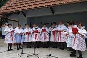 Nejmladšími složkami oslavující v areálu tamního starobylého mlýna svých 10 let existence, byl ženský pěvecký sbor Tetičky z Dolněmčí a mužský pěvecký sbor Dolněmčané.