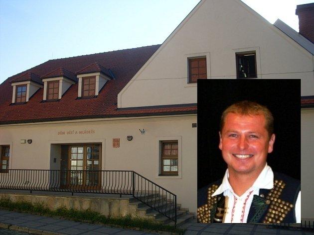 Dům dětí a mládeže v Uh. Brodě, na menším snímku ředitel DDM Aleš Řezníček.