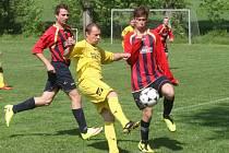 Bánovský Jan Vaňhara (ve světlém) dělal obraně Suché Loze velké problémy. K výhře svého týmu v derby 4:2 přispěl krásným gólem, když halfvolejem poslal míč do šibenice.