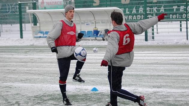 """Při úvodním """"bagu"""" na sebe narazily dvě nové tváře Slovácka – Tomáš Kazár a Michal Kordula (č. 6)."""