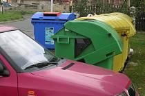 Vyřešit potíže by mohlo umístění značky, která by bránila řidičům parkovat před popelnicemi.