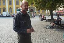 Petera Lapšanského ze Slovenska přivedla do Uherského Hradiště pracovní nabídka. Nyní je ale bez zaměstnání a čekání na novou práci si krátí pobytem v ulicích.