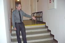 Na schodech v blízkosti kanceláří hradišťského starosty a tajemníka přibude v červenci nová plošina pro postižené návštěvníky radnice