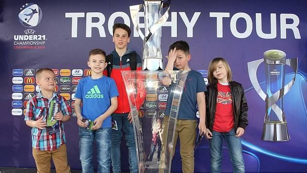 Pohár pro mistrovství Evropy do 21 let vystavený na náměstí v Uherském Hradišti.
