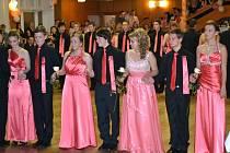 Ples v kulturním doměv Dolním Němčí zahájila polonéza žáků 9. tříd.