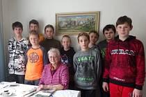 Tým ze ZŠ Velehrad s pamětnicí Boženou Zůbkovou.