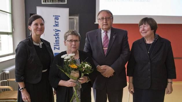 Milada Rokytová (druhá zleva) ze staroměstské knihovny dostala od Zlínského kraje ocenění za její dlouholetou práci knihovnice.