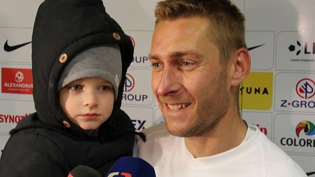 Záložník Slovácka Jan Kalabiška se v zápase s Příbramí blýskl hattrickem. Před novináře přišel se synem.