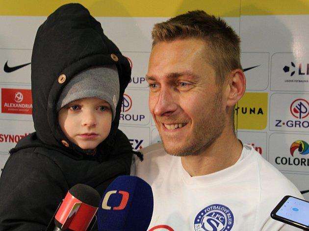 Záložník Slovácka Jan Kalabiška se vzápase sPříbramí blýskl hattrickem. Před novináře přišel se synem.