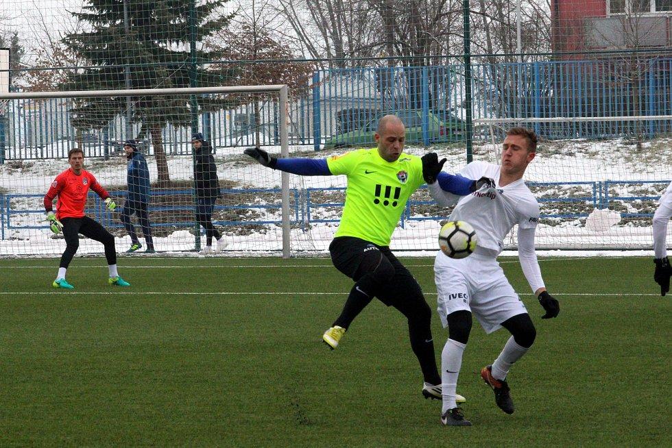 Fotbalisté Slovácka (v bílých dresech) na umělé trávě v Uherském Brodě přehráli druholigové Vítkovice 4:0.