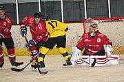 Hokejisté HC Uherské Hradiště (v červeném) porazili v derby Uherský Brod 6:0.