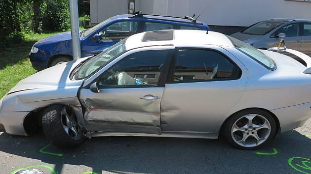Řidič s platným zákazem řízení ujížděl před policisty, naboural při tom další dvě vozidla.