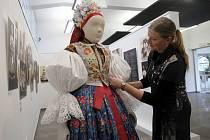 Výstava Krojové Eldorádo ve Slováckém muzeu v Uherském Hradišti. Na snímku kurátorka Marta Kondrová