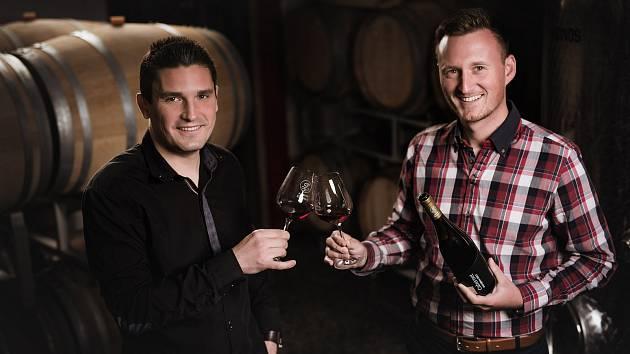 Mladé vinařství z Uherského Brodu, Juřeník & Žďárský, zazářilo v uplynulém ročníku jedné z největších vinařských soutěžních přehlídek, AWC Vienna. V kategorii Naturálních vín bralo zlato jejich víno Chardonnay Rezerva z roku 2018. Robin Juřeník vlevo Jan