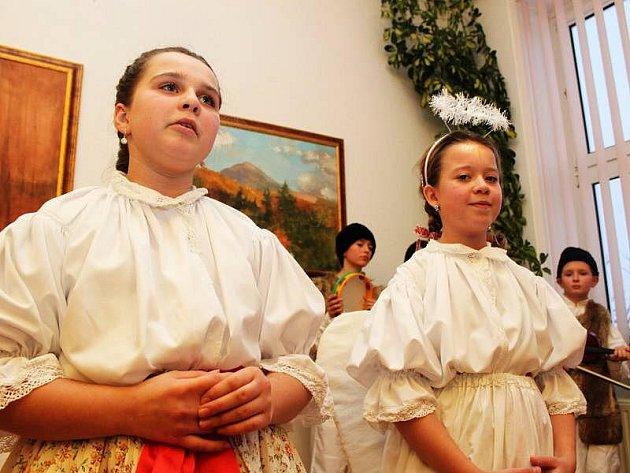 Pořad Ó svatá dobo vánoční se snažil vtáhnout diváky do tajuplně magického slavení nejkrásnějších svátků v roce, Vánoc.