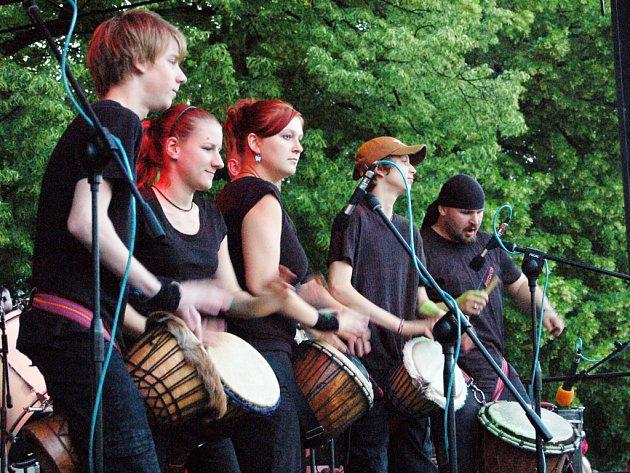 Cílem šestice bubeníků bylo nabít posluchače pozitivními emocemi.
