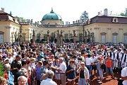 Zahájení slavností sledovaly na nádvoří zámku stovky diváků.