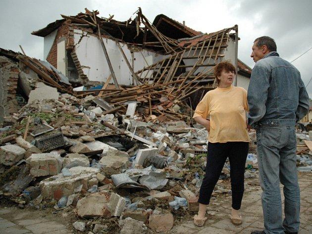 V červnu 2005 v bánovské zatáčce smrti srovnal kamion se zemí rodinný dům.