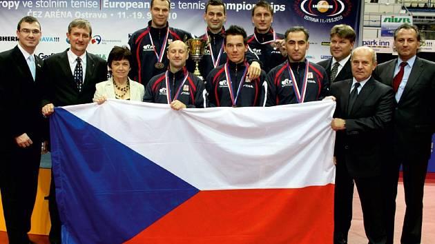 Někdejší šéf stolně-tenisového stavu Zdeněk Botek (druhý zprava) oslavil sedmdesáté narozeniny.