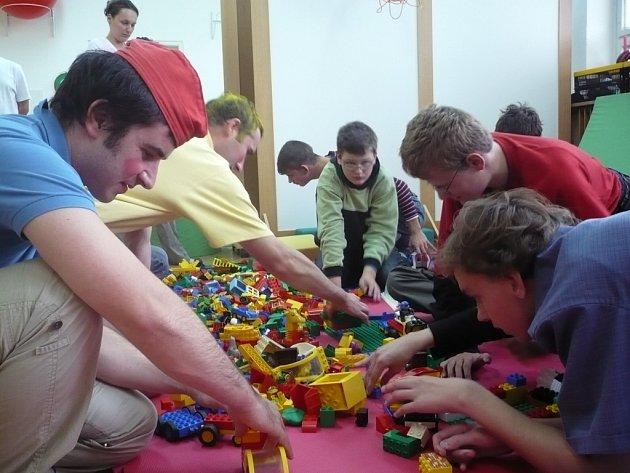 Na lego přispěli diváci i herci.