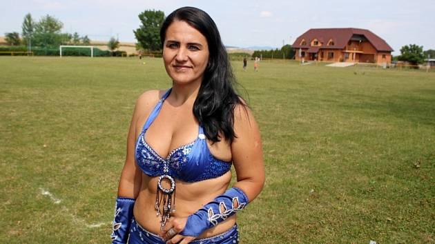 Markéta Kočendová osm let trénuje deset orientálních tanečnic z Uherského Hradiště a okolních vesnic, které mají ve svém štítu vepsáno Arizóna EUh.