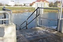 Schodiště nad přístavištěm lodí u řeky Moravy je jedním z míst, které v případě velké vody obdrží mobilní zábrany.