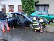 Dům i zaparkované auto v Bílovicích trefil při rychlé jízdě řidič audi