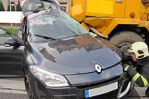 Řidič renaultu vjel v ranních hodinách 12. listopadu pod kola projíždějícího jeřábu.