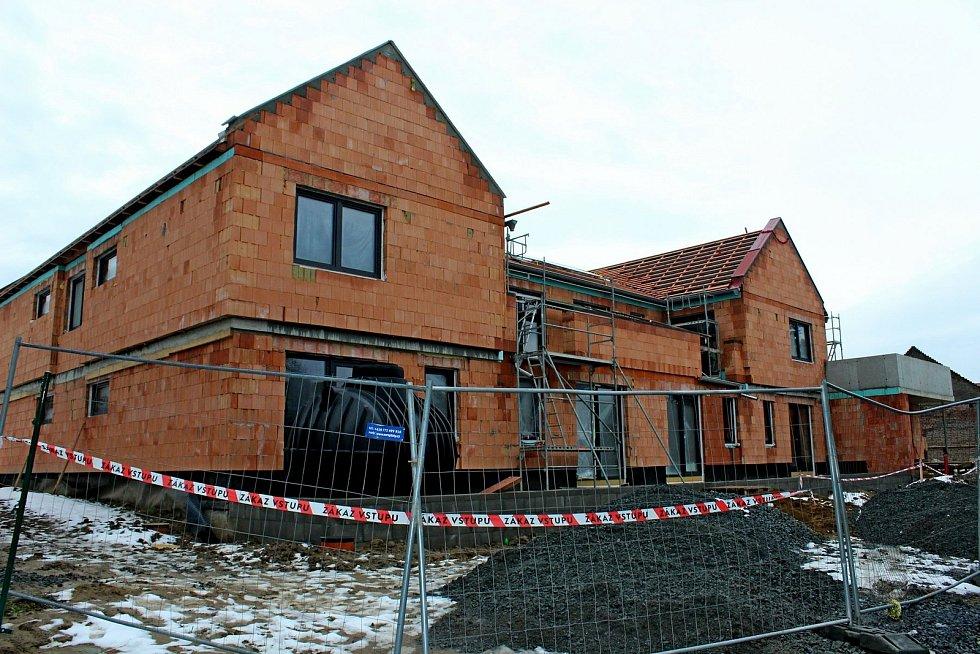 Budovaný bytový dům poskytne potřebným lidem bydlení vklidné lokalitě Tupes.