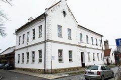 Opravy MŠ v Sadech se zřejmě opozdí, přístavba by stínila sousedově fotovoltaické elektrárně.