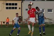Fotbalisté Uherského Brodu (červené dresy) porazili v 1. kole MOL Cupu Viktorii Otrokovice 2:1 po prodloužení.