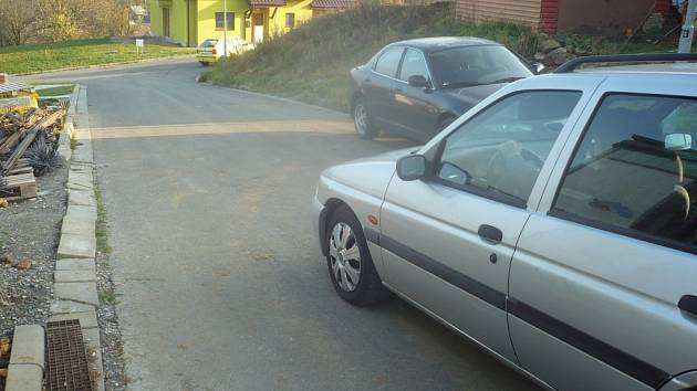 Ulice Drážné je poměrně členitá a nachází se na prudkém kopci. Tamní obyvatelé proto mají strach z rychle projíždějících vozidel.