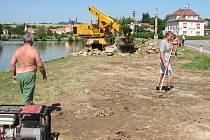 Hromady hlíny, kamene a betonu u Konventního rybníka zmizely