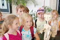Děti a marionety.