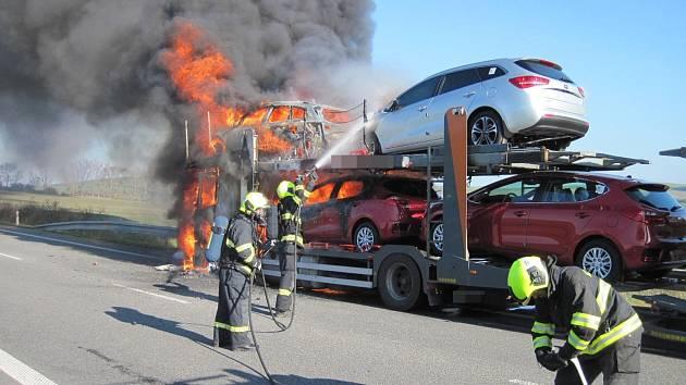 V sobotu 4. listopadu krátce po půl jedenácté dopoledne zničil požár na obchvatu Bánova tahač a tři osobní automobily.
