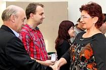 Oblastní spolek ČČK ocenil v pátek Zlatými kříži III. třídy a medailemi Jana Janského 42 čestných dárců krve.