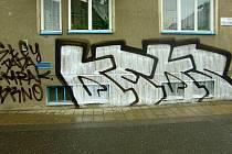 Neznámého autora grafiti hledají policisté v Uherském Hradišti.