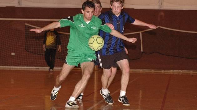 Závěrečná utkání halového turnaje škol byla plná tvrdých soubojů.